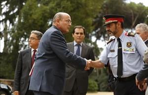 El major de los Mossos, Josep Lluís Trapero, saluda al coronelDiego Pérez de los Cobos, coordinador del operativo contra el referéndum del 1-O.