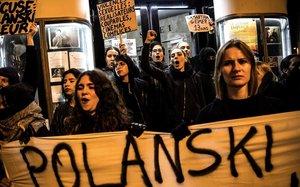 Mujeres se manifiestan contra Polanski en el estreno de su nuevapelicula en el Cine Champo en París.