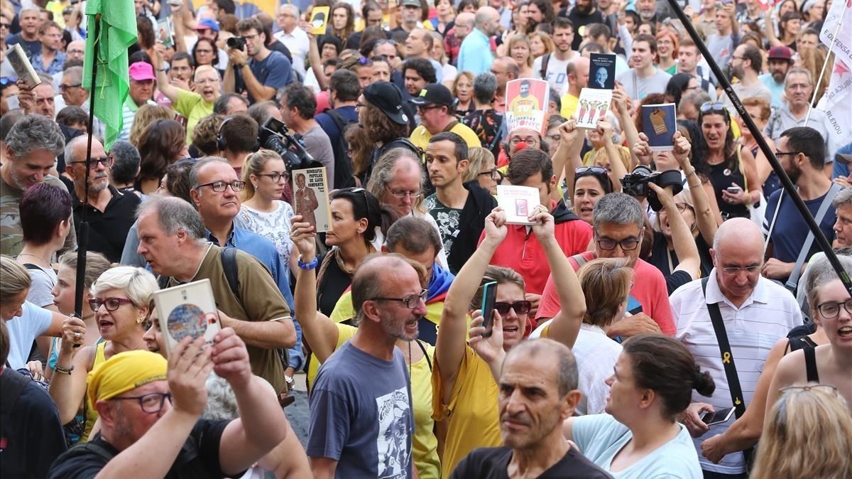 Manifestación en la plaça Sant Jaume convocada por la plataforma independentista Acampada per la Llibertat.