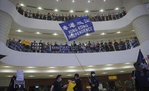 Manifestantes hongkoneses reclaman la independencia y protestan contra China.