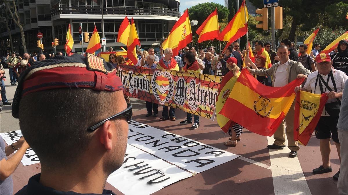 Manifestantes ultras frente a Catalunya Ràdio.