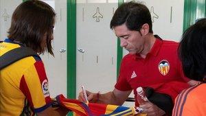 Marcelino firma una camiseta antes de la final de Copa.