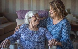 María Rodríguez y su madre, en casa de la hija.