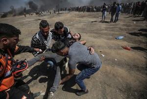 Manifestantes palestinos heridos cuando protestabancerca de la frontera con Israel, el pasado lunes 14 de mayo, en el este de Gaza