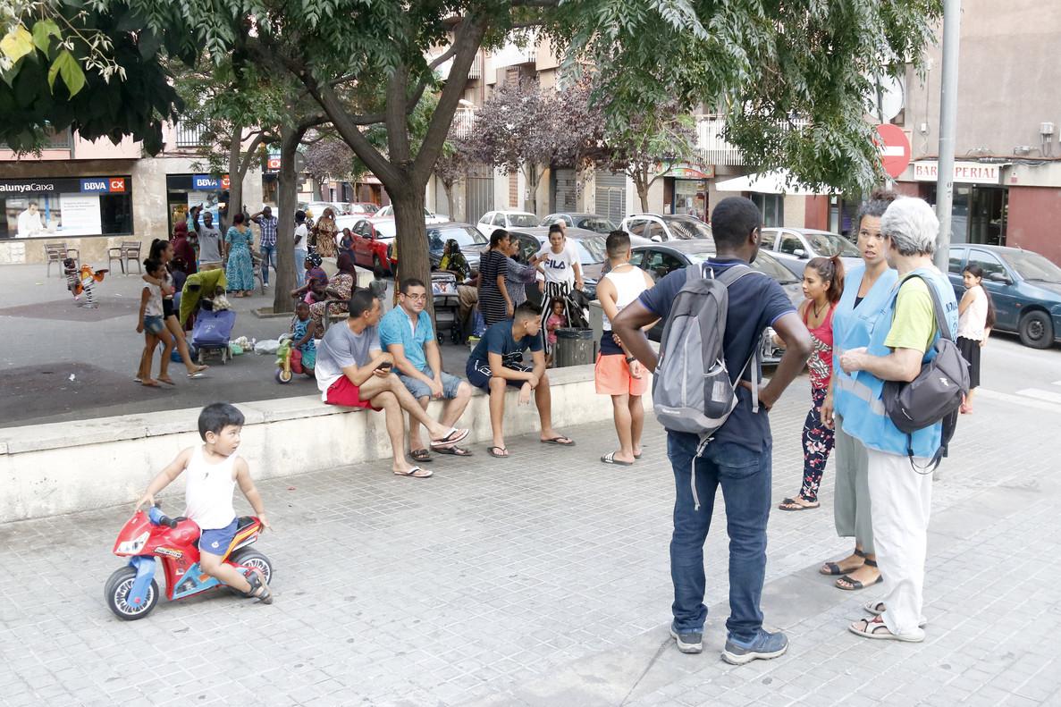 Mediadores cívicos del barrio de Rocafonda de Mataró hablan con los vecinos en la plaza Colombia