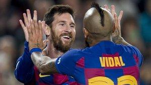 Messi y Arturo Vidal celebrando un gol al Leganés.