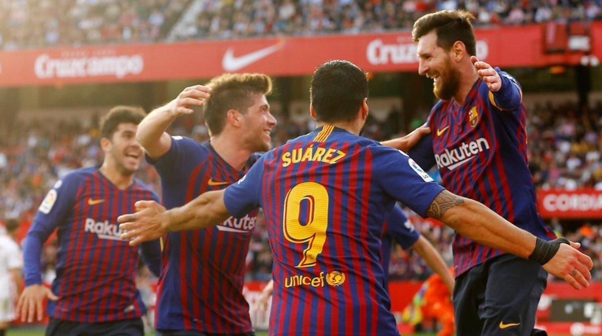 Messi celebra el tercer gol con sus compañeros.