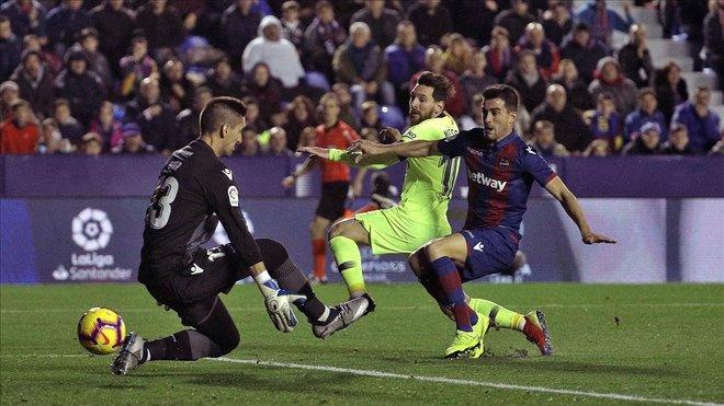Messi marca su primer gol, y con la pierna derecha, tras recibir una asistencia de Busquets.