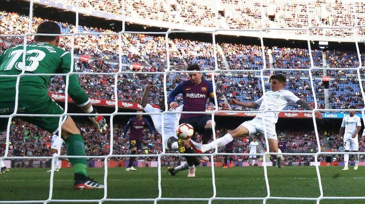 Messi remata en la acción del segundo gol del Barça al Getafe.