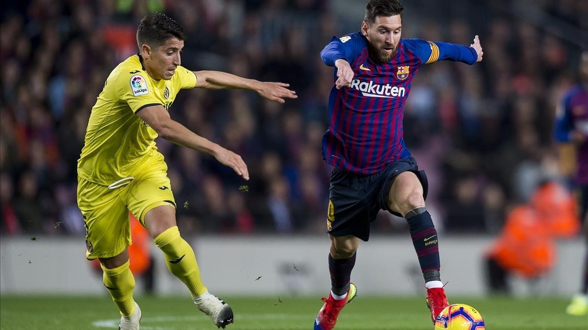 Messi se va de un rival, ante el Villarreal.