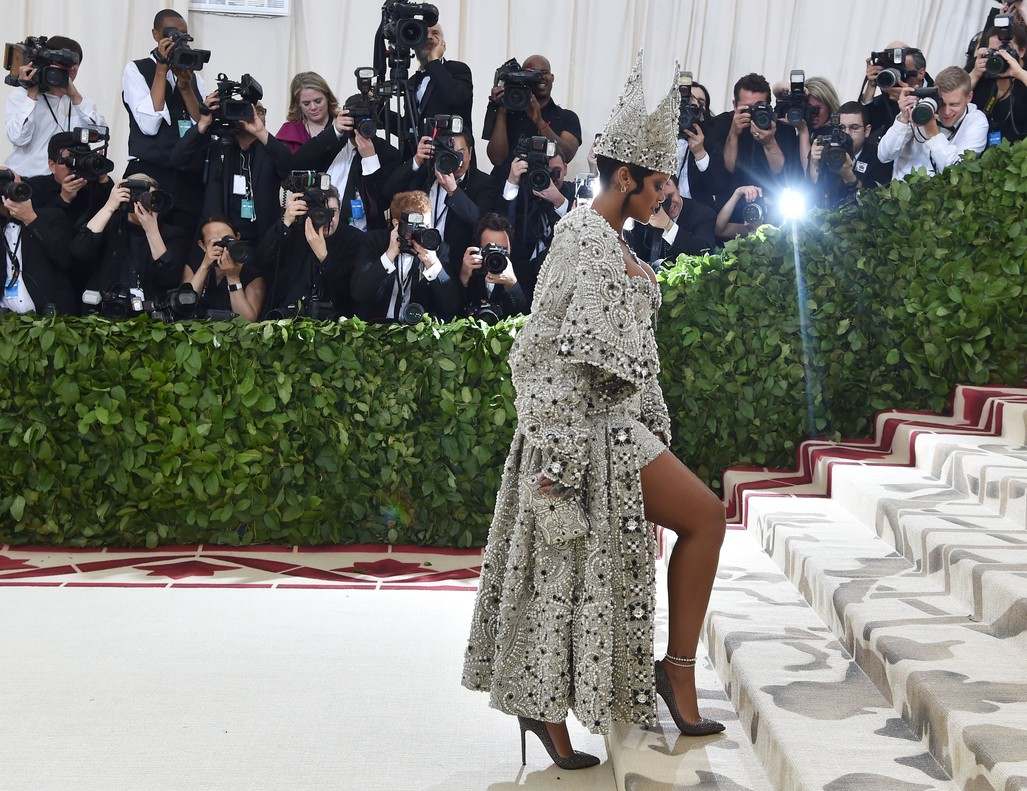 Rihanna, espectacular con su mitra papal de Martin Margiela.