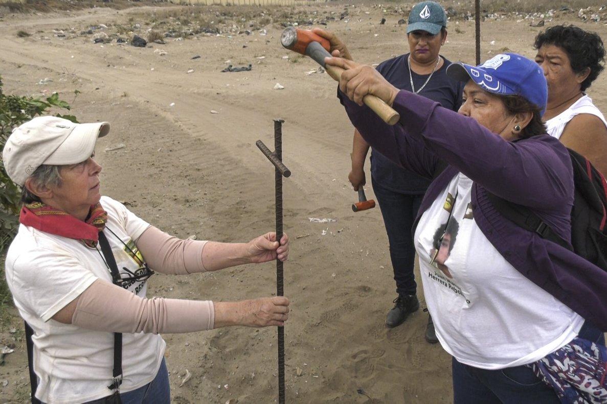 Miembros del Colectivo Solecito clavan varillas en busca de cadáveres de personas desaparecidas, en Veracruz.