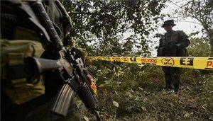 Efectivos del Ejército de Colombia resguardan la zona de un asesinato.