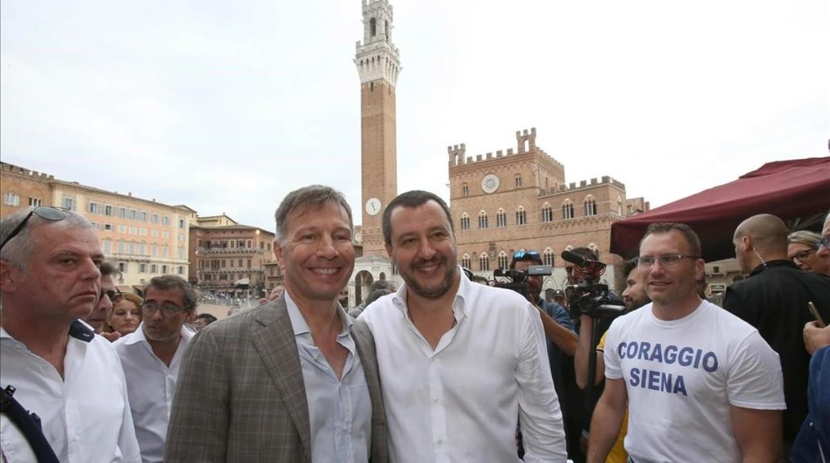 El ministro de Interior italiano, Matteo Salvini (derecha) posa junto al candidato a la alcaldía de Siena Luigi De Mossi.