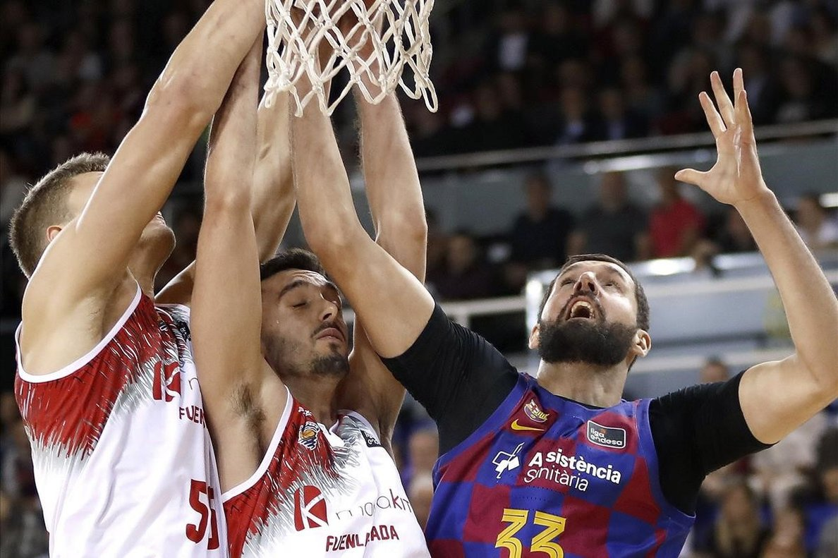 Mirotic intenta encestar ante Mockevicius y Marc García