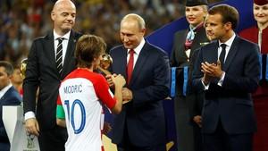 Modric recibe el Balón de Oro en el estadio Luzhniki de Moscú.