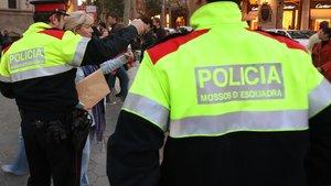 Agentes de los Mossos patrulando por Barcelona, en una imagen de archivo