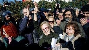 Mucella Yapici, una de las acusadas, hace el signo de la victoria tras abandonar el tribunal de Silivri, este martes.