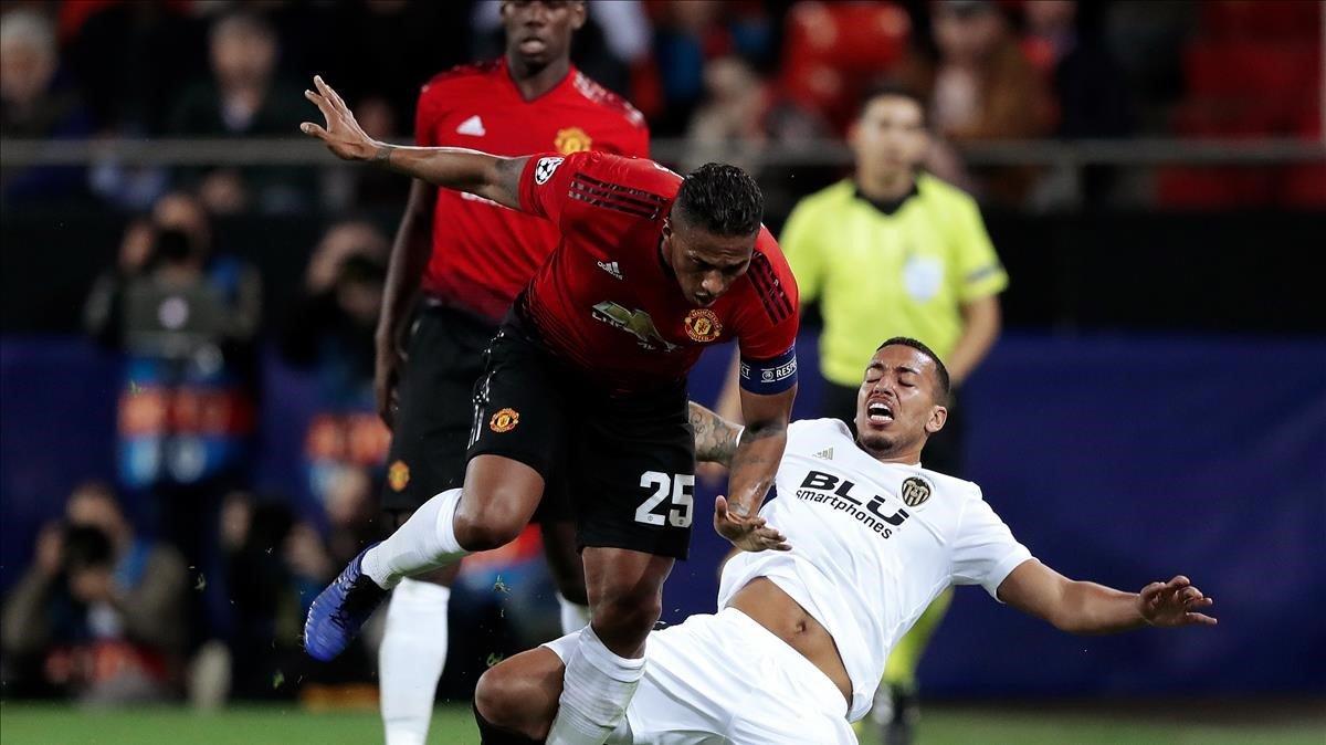 Murillo pone la pierna ante Valencia, del United, en un reciente partido de Champions.