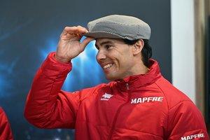 Rafael Nadal bromea con una gorra de chulapo.