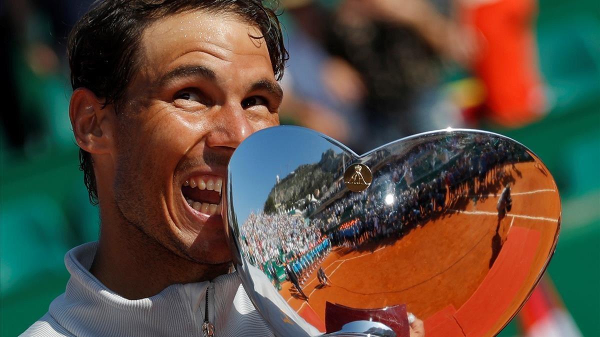 Nadal muerde su 11º trofeo ganado en Montecarlo.