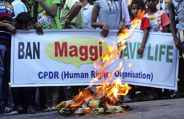 Varios estudiantes queman paquetes de fideos Maggi durante una manifestación celebrada en Calcuta, India.