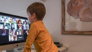 Un niño atiende una videoconferencia con sus amigos del cole, el 31 de marzo del 2020.