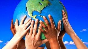 Niños de distintos orígenes étnicos sostienen una bola del mundo, de forma alegórica.