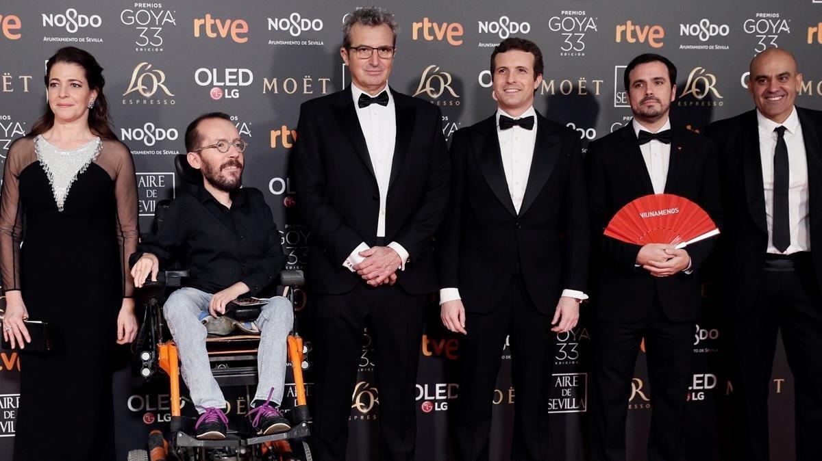 Nora Navas, junto a Pablo Echenique, Mariano Barroso, Pablo Casado, Alberto Garzón y Rafael Portela, en la alfombra roja de los Goya.