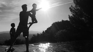 El novio de Ricky Martin capta una imagen del cantante jugando con sus hijos.
