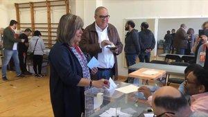 Núria Marín vota en un colegio electoral de L'Hospitalet.
