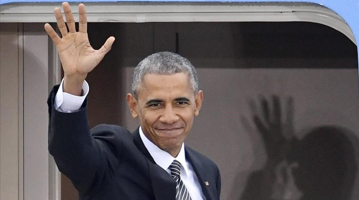 Obama saluda antes de entrar en el Air Force One, el avión presidencial, tras reunirse con líderes de la UE, en Berlín.