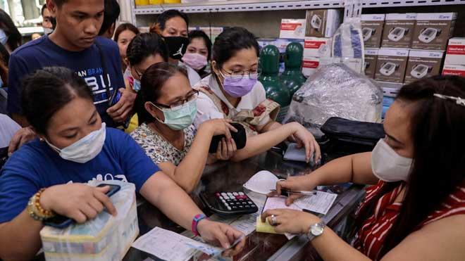 La OMS declara el brote de coronavirus como una emergencia internacional. En la foto, aglomeración de clientes en una tienda de Manila (Filipinas) para comprar mascarillas.