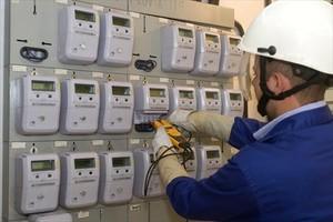 Un operario instala contadores digitales en una finca de Sabadell.