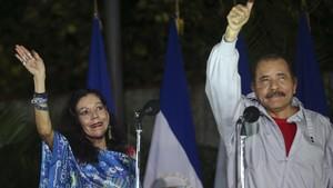 Ortega (derecha) y su mujer, Rosario Murillo, saludan a sus seguidores después de votar en las elecciones generales en Managua, el 6 de noviembre.