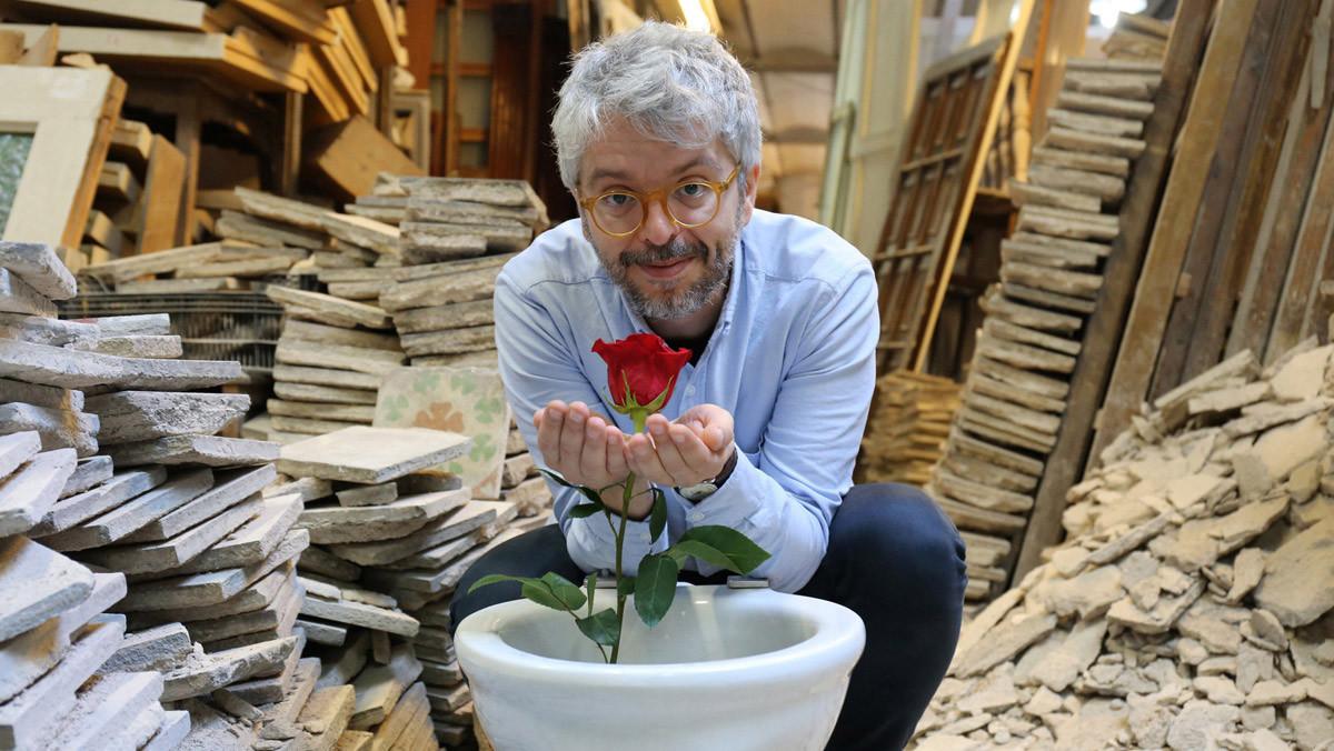Òscar Broc bromea con un váter que 'huele' a rosas.