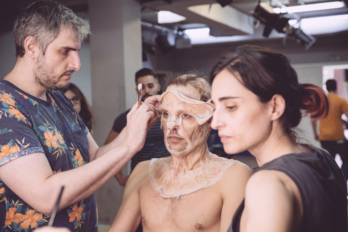Óscar del Monte, especialista en efectos de maquillaje, en el rodaje de Pieles.