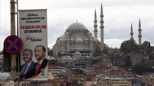 Pancarta electoral con las fotos del presidente turco, Recep Tayyip Erdogan, y del candidato a la alcaldía del Partido AK Binali Yildirim en los alrededores del puente de Galata,en Estambul.