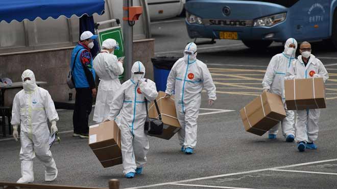 La pandemia del nuevo coronavirus roza los dos millones de casos. En la foto, trabajadores sanitarios entregan material en un aparcamiento de Beijing.