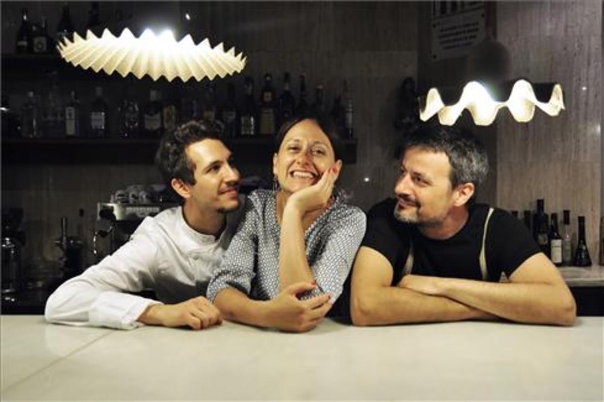 Paolo Mangianti y Toni Pol, a los lados de Nicoletta Acerbi, en el restaurante Due Spaghi. Foto: Gustavo Valiente