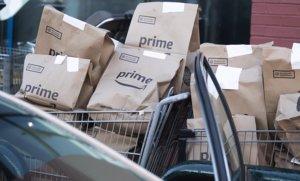 Paquetes de Amazon listos para ser entregados a los clientes.