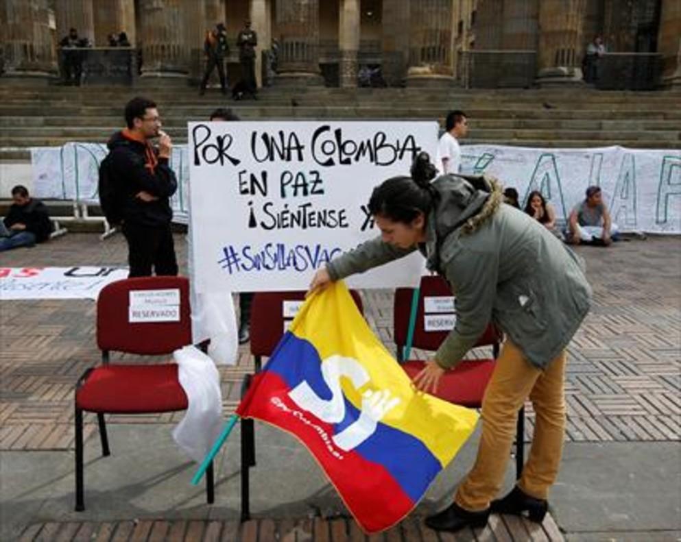 Partidarios del acuerdo de paz, frente al Congreso colombiano, en Bogotá.