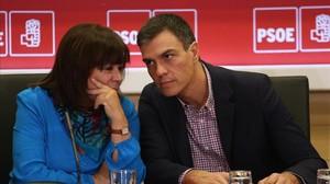 Pedro Sánchez conversa con la presidenta del PSOE, Cristina Narbona, el lunes en la sede del partido.