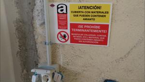 Pegatina advirtiendo de la presencia de amianto en un cuarto de la estación de Canillejas del Metro de Madrid.