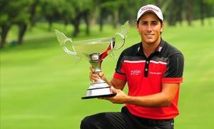 Pigem posa con el trofeo de ganador