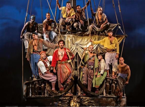 Los piratas (con Saïd, encarnado aquí por Carlos Gramaje, al frente), encaramados al barco, otro de los grandes protagonistas de la obra.