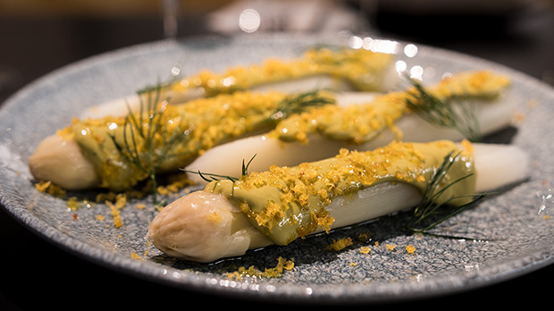 La receta de espárragos blancos de Armando Álvarez, del restaurante Capet.