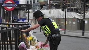 Un policía cerca del puente de Londres, donde tuvo lugar un ataque terrorista en junio del 2017.