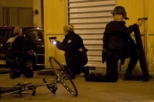 La policia francesa, en alerta a París, ahir.