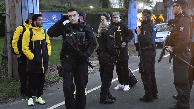 Un agente de policía que precedía en moto al autobús resultó afectado por la explosión.